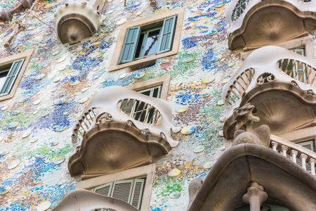 SPANIEN, BARCELONA - SEPTEMBER 12: die Fassade des Hauses Casa Battlo in Barcelona, ??Spanien am 12. September 2015 Standard-Bild - 81825739
