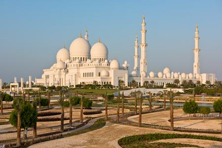 아부 다비, 아랍 에미리트의 유명한 셰이크 자 이드 화이트 모스크의 전망 스톡 콘텐츠