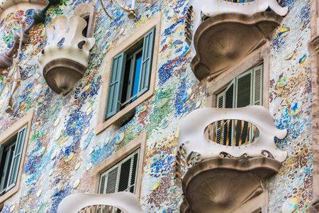 SPANJE, BARCELONA - SEPTEMBER 12: de voorgevel van het huis Casa Battlo in Barcelona, Spanje op 12 september 2015