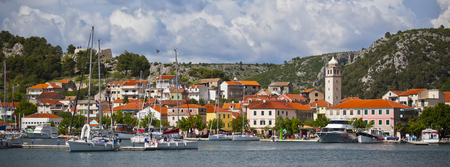 Skradin은 아드리아 해와 크로아티아의 Krka 강에있는 작은 역사적인 마을이자 항구입니다. 넓은 와이드 배너 스톡 콘텐츠