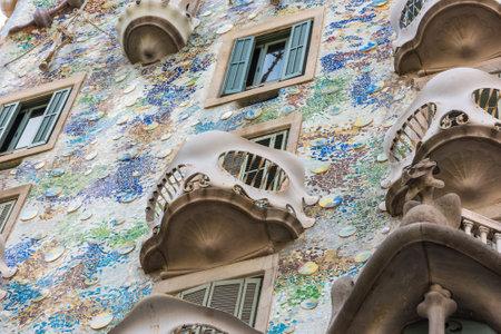 SPANIEN, BARCELONA - SEPTEMBER 12: die Fassade des Hauses Casa Battlo in Barcelona, ??Spanien am 12. September 2015 Standard-Bild - 90643238