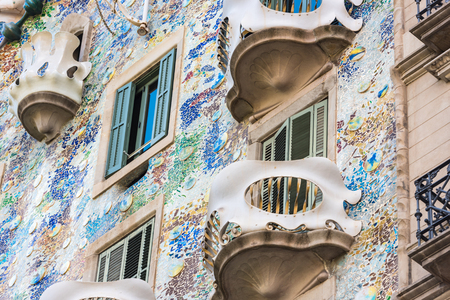 SPANIEN, BARCELONA - SEPTEMBER 12: die Fassade des Hauses Casa Battlo in Barcelona, ??Spanien am 12. September 2015 Standard-Bild - 90644229