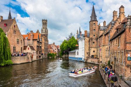 Belgien, Brügge - 26. Mai: Boote voller Touristen genießen das Dock des Rosenkranzes am 26. Mai 2015