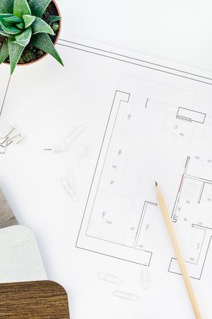 Planos creativos, planos, vista superior, planos arquitectónicos, plan de proyecto plano y suministros de oficina en el espacio de trabajo de la mesa blanca del decorador con muestras, herramientas y equipo, concepto de espacio de copia de fondo
