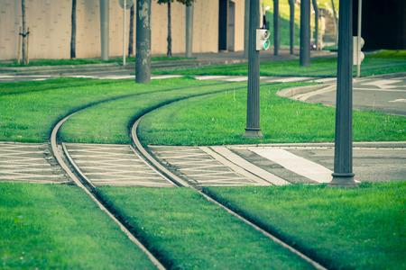 Los rieles del tranvía cubiertos con césped verde en Bilbao, España