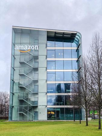 MUNICH, Alemania - 24 de diciembre de 2018: Logotipo de Amazon en el edificio de oficinas de la empresa ubicado en Munich, Alemania. Foto móvil Editorial