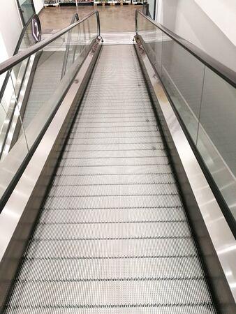 Metalowe ruchome schody ruchome wózka na zakupy. Nikt nie jedzie metrem.