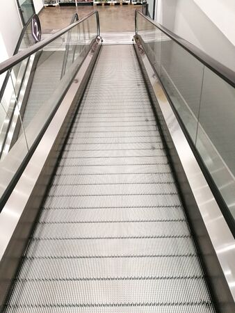 Rolltreppe für Einkaufswagen aus Metall. Niemand fährt mit der U-Bahn.
