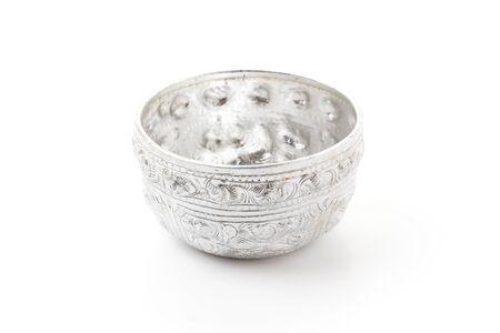 흰색 배경에 고립 된 오래 된 실버 그릇