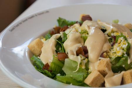ensalada cesar: ensalada Caesar en la placa blanca