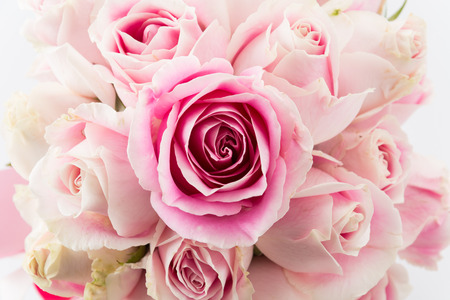 白とピンクのバラのブーケ