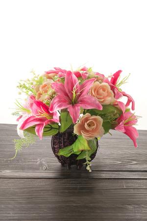 ramo flores: ramo de flores en la mesa de madera