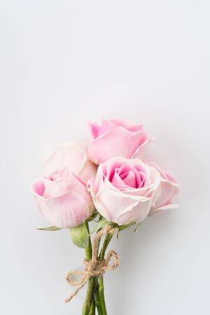 rosa: weiß und rosa Rose Bouquet auf weißem Hintergrund