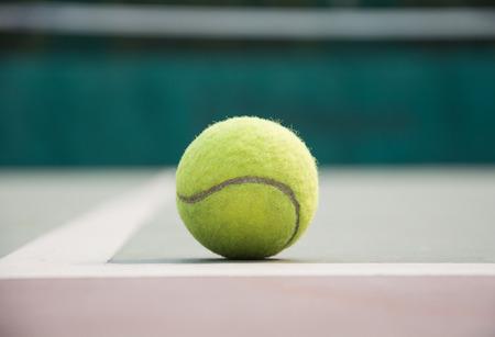 tennisbal op de rechter