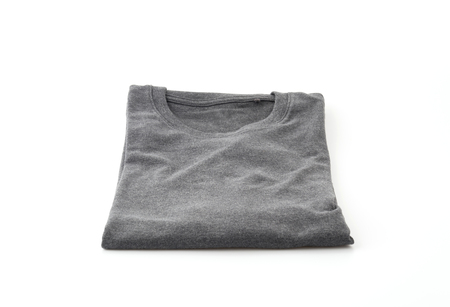the shirt: camisa. plegado de la camiseta en el fondo blanco