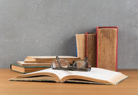 stapel boeken met een bril Stockfoto