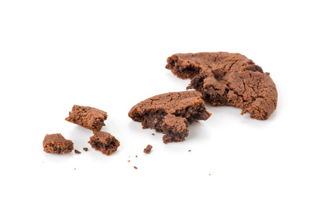 chocolate cookie: suaves galletas brownie de chocolate oscuro en blanco