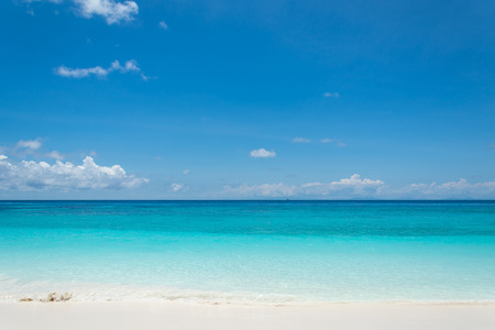 playas tropicales: cielo azul con el mar y la playa Foto de archivo