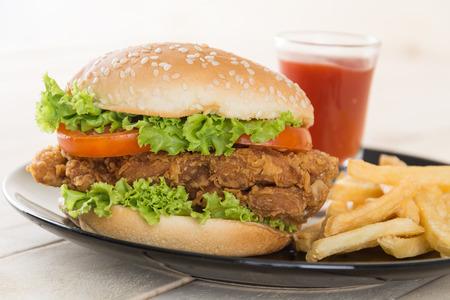 sandwich de pollo: hamburguesa de pollo crujiente sobre madera