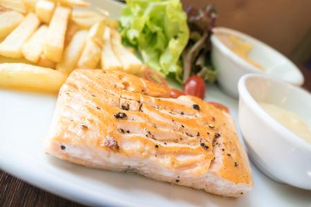 plato de pescado: Filete de salmón con pimientos negros Foto de archivo