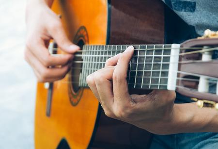 guitarra acustica: juego mano en la guitarra acústica - enfoque suave con filtro de la vendimia