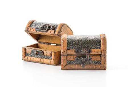 cofre del tesoro: cofre de madera en el fondo blanco Foto de archivo