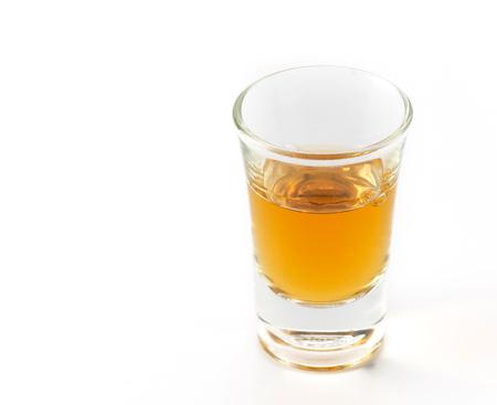 wisky vidrio en el fondo blanco