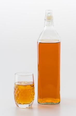botella de whisky: wisky vidrio en el fondo blanco