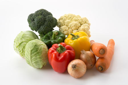 verduras: mezcla de verduras en el fondo blanco