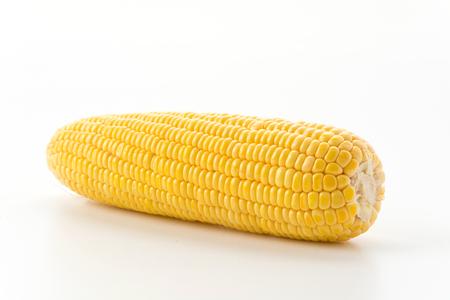 mazorca de maiz: el ma�z dulce en el fondo blanco Foto de archivo