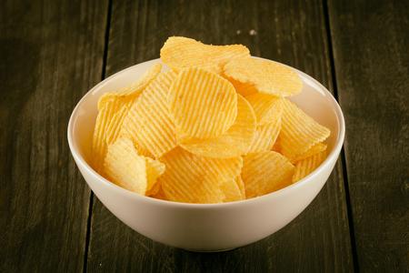patatas: papas fritas en la madera - enfoque suave con filtro de pel�cula de �poca