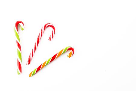 dulces: bastón de caramelo a rayas sobre fondo blanco Foto de archivo