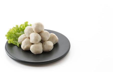 plato de pescado: bolas de pescado en el fondo blanco