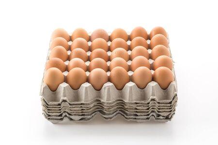 gallina con huevos: huevos de gallina con el panel en whitebackground Foto de archivo