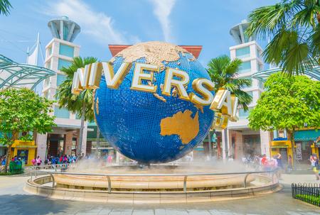 SINGAPORE - JULI 20: Toeristen en themaparkbezoekers die beelden van de grote roterende belfontein nemen voor Universal Studios.