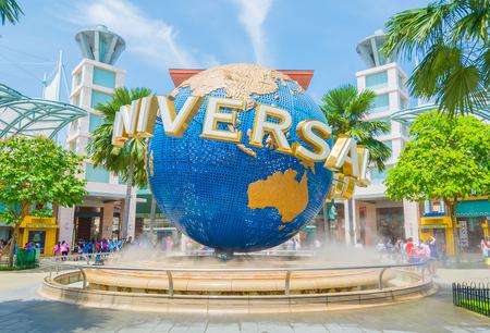 SINGAPUR - 20. JULI: Touristen und Themenparkbesucher fotografieren den großen rotierenden Globusbrunnen vor den Universal Studios.