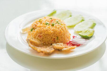 arroz blanco: Arroz frito con crujiente Gourami Fish Foto de archivo