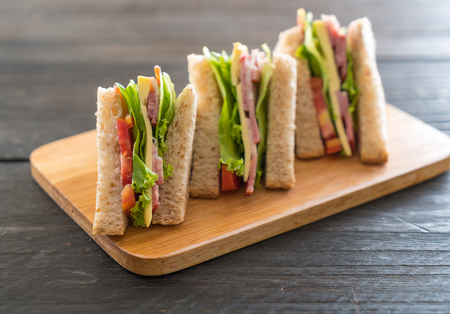 jamon y queso: sándwich en el fondo de madera