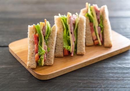 sendvič na dřevo pozadí