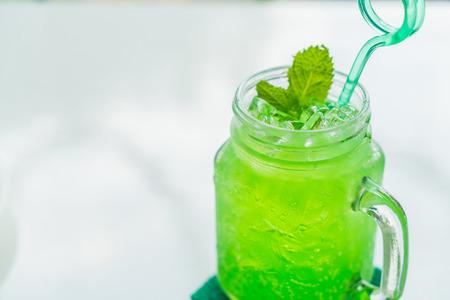 manzana verde: soda verde manzana en el vector blanco