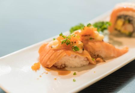 quemado: salmón maki quemado queso - comida japonesa Foto de archivo