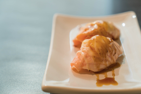 quemado: salm�n quemado nigiri de MAYO - comida japonesa