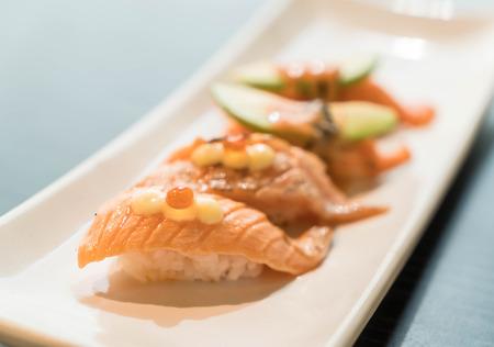 quemado: Toro salm�n quemado nigiri - comida japonesa