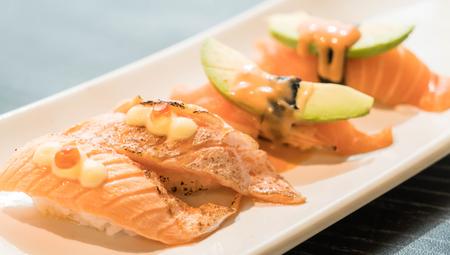 quemado: Toro salmón quemado nigiri - comida japonesa