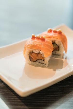 la quemada: salmón quemado maki - comida japonesa Foto de archivo