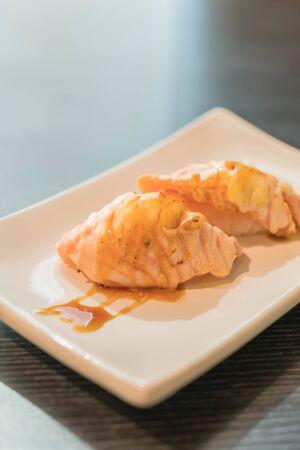 tuna mayo: salmon burned mayo nigiri - japanese food Stock Photo