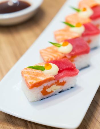la quemada: salmón quemado y nigiri de atún - comida japonesa Foto de archivo
