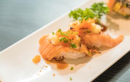 la quemada: salmón maki quemado queso - comida japonesa Foto de archivo
