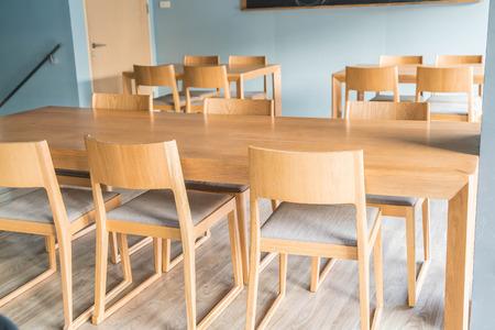 muebles de madera: mesa vacía y una silla en el café
