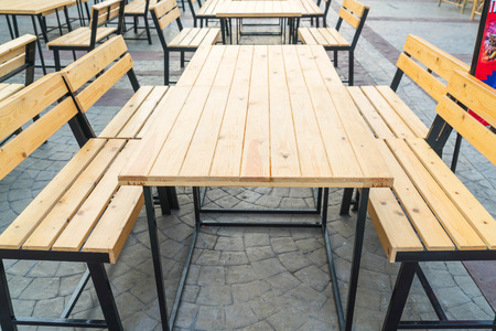mesa vacía y una silla en el restaurante
